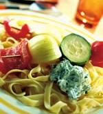 Brochettes van gegrilde groenten met saus en koriander